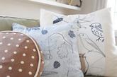 「手工抱枕」一点都难不倒聪明能干的乡村妇女,五颜六色的抱枕不仅增加舒适感,更增添客厅活泼的色彩,今时今日您大可不用辛苦地学习手工艺,就能买到物美价廉的抱枕啰。
