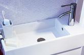 只需对开关设施进行创新,充分利用墙壁的储物功能,浴室再小也可以发挥很多作用。例如,宜家在这个微型浴室中安装了所有洗衣功能,同时还腾出足够的休闲空间。虽然不是真正的水疗间,但是在2.7平方米的空间内也差不多相当于水疗间了。(实习编辑:李黎星)