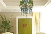 色彩    翠色欲滴    墙面以碧绿的假柜门作为装饰,就如同是镶嵌在墙上的玉石一般,珍贵而厚重。一大一小观叶观花的不同绿植择处摆放,既有春意味浓之时的期待,又还带着节日之后的热闹气息。翠绿色的吊灯上坠着蓝色的水晶珠子,又有种春雨淅沥之感。    打造方法:家中仅仅只使用一种颜色,也可能会显得单调,如果色彩过多,又显得嘈杂混乱。将不同深浅的绿色结合起来,如在碧绿之外,加上深绿、浅绿以及绿植的色彩,能营造出层次感。但是搭配时最好能事先定好房间的主基调,有一定的主色之后,再选择层次不同的绿色作为点缀。(实习编辑:李黎星)