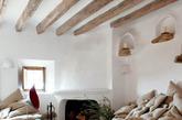 这座迷人的超自然生态的艺术家的石穴住宅,是42岁的亚历山大-德贝塔克(Alexandre de Betak),一个知名的艺术总监和设计师的住宅。石穴住宅位于西班牙东部马略卡岛(Majorca)的海边小镇,设计灵感来源于70年代的有机建筑。房子里的每一件家具都是从英国特别定做的。室内装饰非常简单,甚至有些粗糙,采用很多原始的装饰品,生态,自然,艺术感十足,同时又很温馨,舒适。(实习编辑:李黎星)