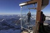 喜欢探险的朋友一定要去体验下这个刺激满满的玻璃小屋,它位于法国阿尔卑斯山约3841米处,名叫Pas dans le Vide,整个小屋由强化玻璃打造,可以360°欣赏美景,它可以承受超过每小时220公里和60℃的温度范围内的风。想要在这玻璃屋欣赏美景,你要分两次搭乘缆车。建造这小屋的公司说了,这是世界上独一无二的观景台,只要你有勇气踏入这玻璃屋,你的世界将变得不一样! (实习编辑:李黎星)