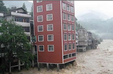 """2010年夏,湖北连日暴雨,防讯抗洪迫在眉睫,然而居然有人在河道里建起违章建筑,使得原本狭窄的河道更加拥挤,严重威胁行洪泄洪的安全。据了解,""""水上大楼""""所在的溇水河被称为当地的母亲河,对行洪泄洪、安全度汛起到非常重要的作用。违章建筑非法侵占河道,一旦汛期来临、河水上涨,就会淹没路面,给附近村民生命财产安全带来严重危害,居民们也表示希望尽早拆除这一隐患。(实习编辑李丹)"""