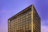 主楼是颇具戏剧性的全铜建筑,现代而精致,完美结合了北京的历史与文化及二十一世纪的繁华。与这座历史古都中精致的生活方式相形益彰,并会在时间的洗礼下成为经典。(实习编辑:温存)