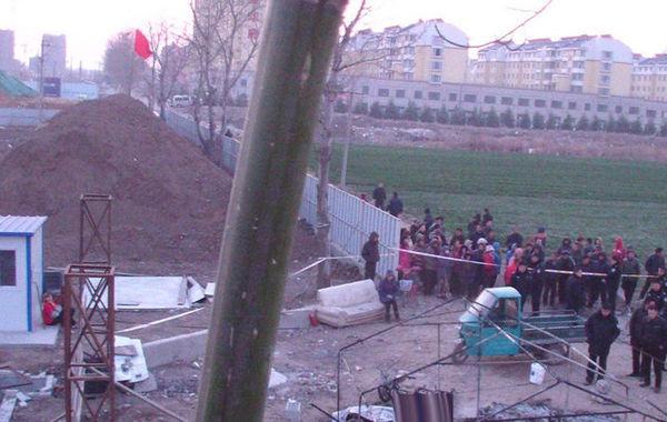3月21日凌晨1点30分左右,平度市凤台街道杜家疃村的农田里发生一起惨案。据村民介绍,四名负责值守看地的村民被堵在帐篷里,帐篷四周被浇上了汽油点燃。记者了解到,一名63岁的村名被当场烧死,其他三名村民不同程度烧伤。目前,当地公安部门已介入调查。图为3月21日凌晨1点30分左右,平度市凤台街道杜家疃村,事发现场大量村民围观。