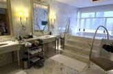 2014年3月20日,美国第一夫人米歇尔·奥巴马和家人抵达北京,并入住位于北京朝阳区东三环的金茂威斯汀大酒店。据了解,米歇尔抵达酒店后,乘坐地下车库的电梯直接进入酒店内,入住唯一一套总统套房。该总统套房的市价为一天52000元。酒店前后两个门均配置了安检口,并设专员对每一位进酒店的旅客进行仔细检查。酒店工作人员透露,目前酒店房间已基本订满,中国政府的VIP团队也已入驻该酒店。图为总统套内的卧室。(实习编辑:王臻)