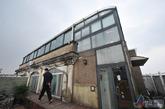 香山苑小区物业工作人员告诉记者原本94.8的建筑面积,已经被2401室居民违法改造成近250平米。(实习编辑:辛莉惠)