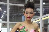 """目前,""""人体彩绘""""已成了不少展会的""""家常菜""""。以艺术为名卖弄暧昧,吸引目光,似乎能聚集人气,但这些人是不是目标客户,就只有参展商自己知道了。图为2013年广州建博会上的人体彩绘节目。"""
