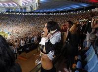 德国队夺冠蕾哈娜当众掀衣