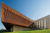 澳大利亚新南威尔士的加兰古拉艺廊,由芬达-卡特斯里迪斯-米拉姆斯建筑事务所设计,主要展出私人收藏的原著民艺术品。(实习编辑:温存)
