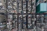 香港总面积达1107平方公里,但却有75%的土地属郊野地区,明确禁止开发。其中包括的23个郊野公园、15个特别地区、4个海岸公园及1个海岸保护区,就约占香港总面积超过38%的土地。图为香港老居民楼密集的深水埗区航拍图。(实习编辑:温存)