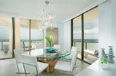 白色和冰蓝色、玻璃和亚克力家具和照明的搭配让房间显得有犹如海洋般的清澈质感。(实习编辑:温存)