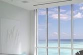迈阿密卧室 这个卧室功能齐全, 拥有明亮的白色墙壁和丰富的玻璃家具,墙上的结晶风格,突出了海洋的清澈的蓝色。(实习编辑:温存)