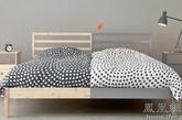 两侧设计有所不同的床上用品,既是对两人身份兴趣不同的展示,也是一种不同之中显协调的美感体现。(实习编辑:辛莉惠)