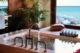 One&Only瑞堤拉度假村浴室  这个毛伊岛的卧室拥有大海的壮丽景色,不费吹灰之力就营造出一个真正的度假氛围。乳白色墙壁,深色木饰板,热带植物……One&Only瑞堤拉度假村客房拥有的这些元素都可以很轻松地在家中实现。(实习编辑:温存)