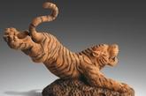 """些老虎的饰品主要是木雕、铜雕、树脂的比较多见。""""老虎""""这种动物五行属""""木"""",因此以木雕和树脂的为首选,这两种材质容易助涨老虎的威势。金属材质的则不太理想。(实习编辑:辛莉惠)"""