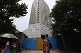 据当地媒体报道,瑞尔大厦开工后不久,开发商私自对大厦的规划进行了调整,将原先只能出租或区内自用、不能买卖的商务办公用房改为商品房,将原先预计的楼高私自增加到108米,建筑面积由22000增加至30000平方米。