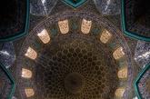 伊朗北部的学生mohammad domiri拍摄了一系列的全景照片,揭示了这些宏伟建筑天花板的绝佳设计。高耸的穹顶画上充斥着充满活力的蓝色和黄色,精心制作的马赛克花卉装饰着地面和墙壁;从彩绘玻璃投射进来的光线造就鲜明的明暗对比,迷宫式的图案在其细节处,往往令人惊叹其复杂性,千变万化的色彩和丰富的纹饰令人不得不爱上这神秘的中东色彩。(实习编辑:温存)