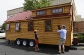 曾有一段时间,对于美国人来说房子就是他们的城堡,越大越好,但随着越来越多的美国人对抵押贷款的担忧,以及大房子的环境问题,住小房子反而成为了美国人的新时尚。在越来越多的美国人宁愿缩小他们所住房屋的尺寸,享受简单的生活之后,移动的小房子成为了他们的首选。(实习编辑:温存)