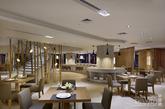 在中庭与西餐厅衔接处,创造出如竹林般的天然屏风,犹如海洋生物般的灯具点亮了这片竹林,既能适当地遮挡过往人群的视线,又能将餐厅内优雅、轻松的氛围巧妙地流露出去。