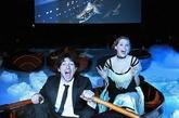 """为迎接即将到来的奥斯卡颁奖典礼,英国一家电影院别出心裁地将放映地点改到了游泳池里,并让观众穿上20世纪初的服装、坐在救生艇中观看电影《泰坦尼克号》,去体验最真实的""""沉船""""感受。(实习编辑:温存)"""
