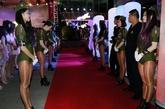 8月19日,江苏省南通市,当地某酒吧夜店举行店庆活动,众多模特现场走秀、热舞,为活动助阵暖场。