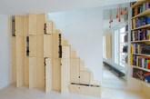 他所採用的色系是温暖的木头色与白牆,除了让空间感觉起来不会太拥挤外,也在裡头放了些秘密!看到楼梯旁的黑点点了吗? 没错那些就是置物柜,置物柜取代了原有的楼梯壁面,形成了一座可收纳的牆壁。(实习编辑:石君兰)