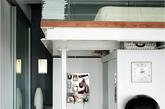 这间纽约曼哈顿LOFT公寓是泰国裔设计师Kit为自己装修设计的。他擅长将工业厂房改为住宅,起初Kit只觉得公寓本身的硬件条件不错,但是过于粗犷,于是花费7个月的时间翻新,整体有些不食人间烟火的清冷感,只因为Kit贯彻了他爱的黑、白、大地色,并淘到了许多名设计师的家具和灯具,并利用充沛的采光将各种热带植物搬入,使其变得极简而精致。(实习编辑:辛莉惠)