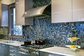澄澈透亮的马赛克瓷砖,在热度不断增加的春夏之际,送来了一份难得的清凉和舒适。即使置于厨房、浴室,其独特的光彩也足以吸引人们的眼球。(实习编辑:辛莉惠)