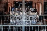 Yellow Office工作室设计的这间奢华餐厅位于罗马尼亚的Preajba湖畔,它不仅周围的景色怡人,室内装潢也是相当美不胜收。用木材和回收的砖块和铁艺作为主打建材,再配上深灰色的主色调,打造了一个看似充满工业气息,实则环保绿色的用餐环境。(实习编辑:王臻)