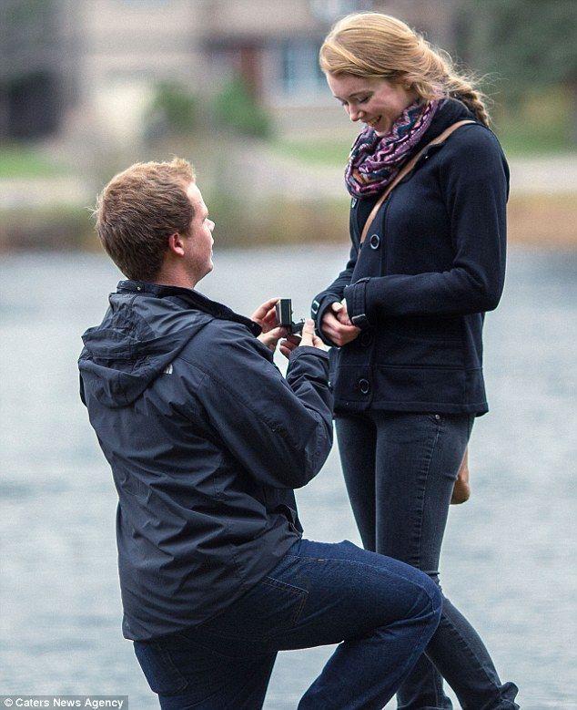 每个求婚的男人都希望自己求婚的那一刹那的温情能被记录下来。于是怎么能又拍了照又能不惊动女友而破坏气氛成了最大的挑战。于是英国一位男子,找来了一个摄影师,让他躲在垃圾桶中,悄悄的记录下这求婚的感人瞬间。图中男子单膝跪下,在湖边向女友求婚。