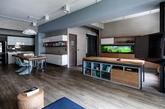这是来自PMK+designers 的作品,屋主是第二次换房,考虑到小朋友与全家人生活关系,把大部份面积使用留在公共区域,房间小点无所谓,并且透过开放式规划,串联客餐厅区域,即使妈妈在厨房做菜,也能同时兼顾孩子活动状况。希望呈现简单中带有个性氛围,设计师建议大家可利用墙面展示,像客厅的红砖墙与水泥涂料,不同于文化石呈现效果,砖墙材质是来自欧洲旧房子、教堂拆卸下来老砖头,施工方式虽然比较繁琐,价格高一些,但视觉感受自然又有真实历史感。(实习编辑:江冬妮)