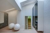 这间未来风格的房子,坐落在意大利佛罗伦萨,由Simone Micheli的设计。设计师在这座建筑当中创建了一套看似不可能,但实则壮观无比的搭配:佛罗伦萨建筑质朴的古董与近乎科幻的未来派现代风格混搭在一起。 (实习编辑:江冬妮)