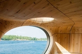 在加拿大安大略省的乔治亚湾地区,这个如同雕塑般的「Grotto」桑拿房栖息在一个私人岛屿的海湾边 ,由当地设计工作室PARTISANS设计和构建。温馨的桑拿浴室内部空间被设想为一个可通风对流的「洞穴」,并以蜿蜒的形式大胆呈现出来,大大的玻璃窗可欣赏到整个海湾的风景,而位于屋顶平面上的天空带来自然采光 。整个建筑大部分皆预制而成,再运输到此安装。(实习编辑:江冬妮)