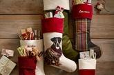 相传圣诞老人是主教圣尼古拉斯的化身。在他偷偷把金子从烟囱口扔进一个穷人的屋子送给他女儿做嫁妆时,其中一袋恰巧掉进晾在壁炉上的一只长统袜子里。圣诞袜不仅承载着儿童的童真幻想,更是承载着父母们的心意。所以,圣诞节里怎么可以少了一只圣诞袜呢?(实习编辑:陈尚琪)