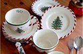 """吃西式的圣诞大餐,当然要用配套的西式餐具。洁白的陶瓷餐具不仅能完美衬托食物本身的色香,更是与窗外的雪花和家里的圣诞装饰相映成趣。如果你没有时间准备火鸡、布丁、姜饼等圣诞大餐,就用""""圣诞餐具""""为你的晚餐增添乐趣吧!(实习编辑:陈尚琪)"""