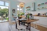 欢迎来到这间将美丽传统与现代装饰元素相结合的公寓。公寓平和且具有永恒的氛围,阁楼设有可爱的大窗户,很好地将光引入室内,天花板超过3米高,还有两个仙境般的阳台。在东面的阳台,早上你可以喝咖啡,在西面的阳台享受晚餐,一天之中享受美好的家园生活。公寓有两个可爱的卧室,每个都显示出可爱的颜色,并且布置温馨。这间公寓的厨房更是值得一看,相信能给你带来不少灵感。(实习编辑:刘宁馨)