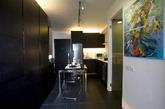香港梁显智设计工作室设计了一个别致的48平方米的单身公寓。设计师梁显智,选用了核桃棕色家具创建出男性化和高品位的氛围。同时,他也设计了推拉门,从而将睡眠/生活区和烹饪/餐饮区分开。设计灵活实用,确保了小空间当中的最大空间使用率。(实习编辑:刘宁馨)