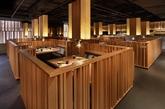 """北京松本楼面积约600多平米。利旭恒先生选取日本文化中传统的""""樱花、纸灯笼、祈福牌""""等最具代表意义的印象符号,通过现代的装置手法及与顾客互动的概念将其演变成店里独树一格的装饰艺术品。配合以""""相扑""""为原型的文化图腾,更是成功营造出一个富有时尚和风的用餐氛围。(实习编辑:陈尚琪)"""