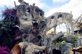 """越南 """"疯狂的房子""""   这座酒店被设计成了一座令人毛骨悚然的童话树状的房屋。设计者Hang Viet Nga后来将它命名为""""疯狂的房子"""",因其黑暗而闻名。你敢住在这里吗?""""(实习编辑:周芝)"""