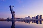 """阿联酋 阿布扎比凯越首都门   迪拜的邻居——阿布扎比也有一些有趣的建筑结构,首都门便是其中之一。它是阿布扎比最高的建筑之一,拥有众所周知的打破纪录了的向西18度倾斜角,其倾斜度甚至过于著名的比萨斜塔。该建筑一共35层,包括189间客房,其中有22个套间,此外还有一个室外游泳池和健身中心。除了作为酒店之外,它还是阿布扎比国家展览中心最为引人注目的一处,以及是中东最大的会议和活动中心。""""(实习编辑:周芝)"""