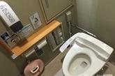 """在日本箱根开往东京的高速公路上,有一个长途汽车休息站,豪华装修堪比五星级酒店!成为游客值得观赏的""""景色""""之一,跟中国国内公厕脏乱差的景象完全不同。外表完全看不出来是公厕,背靠品牌商场,旁边还有售卖零食的超市和便利店。厕所内空间宽敞,化妆室,更衣室应有尽有。如厕空间内还有花洒供冲洗身体所用,智能马桶的配置更是必不可少,马桶盖板保持舒适的暖度,让你在寒冷的冬天里面倍感温暖;自动洗便是基本款,自选声音设置才是最具人性化,让您遮盖如厕声音大的尴尬,尽情释放,更好地享受如厕时光。另外,为行动不便人士设置的扶手在公厕内随处可见,各种细节设计为不同的旅客都照顾周到!"""