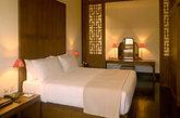 颐和安缦位于北京颐和园边上,宛若私家园林的布局、明式家具的住家风格、1比5的客人和员工比例都让这座低调的酒店在行业内成为被模仿的典范。所有豪华套房都备有特大古典式架子床、长榻、阅读椅和书桌。(实习编辑:周芝)
