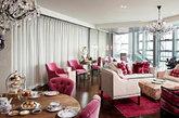 北京怡亨酒店位于拥有与众不同的奢华和设计的芳草地购物商业综合体中,比邻北京的商业、外交和政治中心。共设100间房间,酒店细节专为商务旅客而设计。其中20间奢华套房更特设私人泳池。 踏入酒店大堂开始便可以看到艺术家萨尔瓦多•达利,安迪•沃霍尔,曾梵志和陈文令的作品。房间里英国的古董家具,3D电视,B&O音响,超大露台,松下按摩椅,illy咖啡机,难道你都不喜欢?!20间不同主题、大小不一、格局迥异的澜池套房,使之成为奢华、精良、愉悦的概念住所!(实习编辑:周芝)