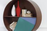 被誉为当今最具才华的家具设计师帕特里夏奥奇拉在法国家居装饰展上展出了其为法国家具品牌Coedition设计的圆形橱柜,上半圆采用开放式的设计,下半圆采用旋转打开的柜门设计。(实习编辑:周芝)