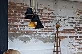穿上毛衣的椅子、带上毛线帽子的灯罩和各式各样的靠垫与饰品看起来十分细腻又富有温暖的天然质感,除了它们本身各自的创意所在,在寒冷的冬天Melanie Porter这些用心编织的手工艺产品定会让我们有一种打心眼里暖洋洋的感受,是我们赶走寒冷和打造现代家居生活的不二选择。(实习编辑:陈尚琪)