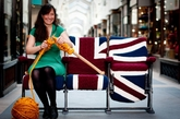 Melanie Porter女士是英国非常著名的一位女性设计师,她将现代的编织形式与传统的针织工艺相结合并与许多国际知名品牌合作设计出了很多不同凡响的创意家居产品。(实习编辑:陈尚琪)