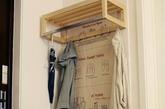 门的左手是宜家选的,鞋架是在网上订购的。我比较喜欢原木的质感,所以这两件,包括玄关柜及其他家具,不少都是原木的,这也是我们家的风格之一。架子后的棉麻布是网上淘的,整体的效果挺搭,既起到保护墙壁的作用,又增加了温馨的情趣。