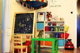 在小黑板上可以和孩子一起随意的画画,也有利于培养孩子的形象思维,觉得还是挺实用的。