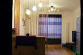 开门进来就是客厅,客厅比较大,22平,为了避免客厅看过去一目了然,没有空间感,正面放置了一个玄关柜(放杂物和鞋子),并用线帘进行软性分割。