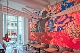 西班牙小吃先锋大厨(也是华盛顿最著名的大厨)何塞安德烈(Jos Andrs)在华盛顿历史悠久的佩恩区新开设了China Chilcano餐馆。奥巴马夫妇经常惠顾安德烈在这座城市经营的迷你餐馆帝国。安德烈在秘鲁、中国、日本和东南亚旅行了两年,开创了一个探索中国吃法、日本料理和秘鲁西班牙拉美菜肴不同特色的菜单。这家餐馆的另一个特色是色彩明亮、具有艺术风格的内部装修。西班牙建筑师胡利·卡佩利亚(Juli Capella)设计了这个工业木材情调的房间,它巧妙地分为三个空间。和菜单一样,这个空间明显混合了多种元素,从秘鲁的编织品、日本的嵌入式餐桌,到天花板上的漩涡状灯饰,这种灯饰让人想起了秘鲁南部纳斯卡沙漠的古代地质印痕。(实习编辑:周芝)